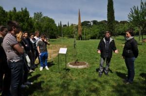 L'Assessore al Verde Pubblico, Caterina Biti e il Referente della Calvino, Prof. Francesco Cecconi