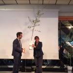 Il presidente del Quartiere 4 consegna la pianta di olivo